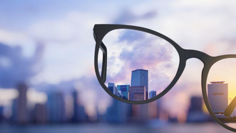 Mắt kính Nam Quang có tốt không? Phân biệt kính kém chất lượng thế nào?